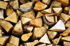 Fondo de madera natural, primer de la leña tajada Leña apilada y preparada para la pila del invierno de registros de madera Imagen de archivo