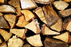 Fondo de madera natural, primer de la leña tajada Leña apilada y preparada para la pila del invierno de registros de madera Foto de archivo