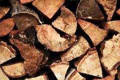 Fondo de madera natural, primer de la leña tajada Leña apilada y preparada para la pila del invierno de registros de madera Imágenes de archivo libres de regalías