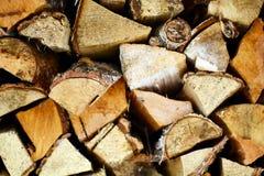 Fondo de madera natural, primer de la leña tajada Leña apilada y preparada para la pila del invierno de registros de madera Fotos de archivo