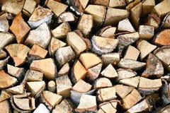 Fondo de madera natural, primer de la leña tajada Leña apilada y preparada para la pila del invierno de registros de madera Imagenes de archivo