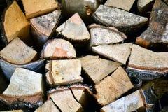 Fondo de madera natural, primer de la leña tajada Leña apilada y preparada para la pila del invierno de registros de madera Fotografía de archivo libre de regalías