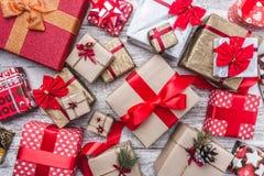Fondo de madera Navidad de la tarjeta de felicitación de la Navidad, Año Nuevo y la Navidad Muchos regalos por vacaciones de invi Imágenes de archivo libres de regalías