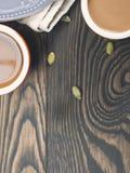 Fondo de madera oscuro con café vertical Imagen de archivo libre de regalías