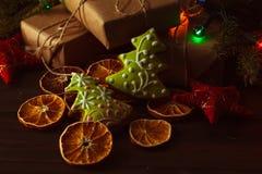 Fondo de madera oscuro de la Navidad o del Año Nuevo, tablero marrón f de Navidad Fotos de archivo