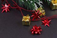 Fondo de madera oscuro de la Navidad o del Año Nuevo, tablero negro de Navidad enmarcado con las decoraciones de la estación Fotos de archivo