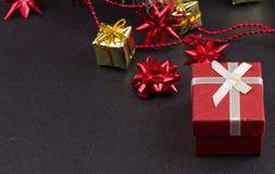 Fondo de madera oscuro de la Navidad o del Año Nuevo, tablero negro de Navidad enmarcado con las decoraciones de la estación Fotografía de archivo libre de regalías