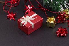 Fondo de madera oscuro de la Navidad o del Año Nuevo, tablero negro de Navidad enmarcado con las decoraciones de la estación Imagen de archivo libre de regalías