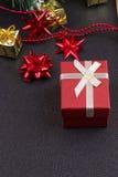 Fondo de madera oscuro de la Navidad o del Año Nuevo, tablero negro de Navidad enmarcado con las decoraciones de la estación Foto de archivo libre de regalías