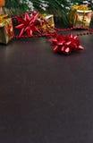 Fondo de madera oscuro de la Navidad o del Año Nuevo, tablero negro de Navidad enmarcado con las decoraciones de la estación Fotografía de archivo