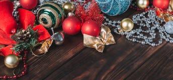 Fondo de madera oscuro de la Navidad Decoraciones de la Navidad blank imagen de archivo