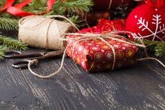 Fondo de madera oscuro de la Navidad o del Año Nuevo, tablero negro enmarcado con las decoraciones de la estación, espacio de Nav Fotografía de archivo
