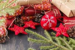 Fondo de madera oscuro de la Navidad o del Año Nuevo, tablero negro enmarcado con las decoraciones de la estación, espacio de Nav Fotografía de archivo libre de regalías
