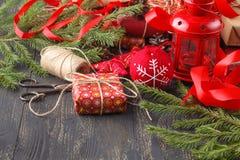 Fondo de madera oscuro de la Navidad o del Año Nuevo, tablero negro enmarcado con las decoraciones de la estación, espacio de Nav Imagen de archivo