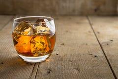 Fondo de madera rústico artístico con clase del barril de la bella arte de cristal del whisky del whisky escocés de Borbón Foto de archivo
