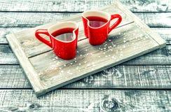 Fondo de madera rústico de la bebida roja en forma de corazón de las tazas fotografía de archivo