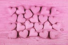 Fondo de madera rosado para el día de tarjetas del día de San Valentín con una colección de h Imagenes de archivo