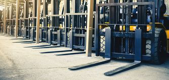 Fondo de muchas carretillas elevadoras, cargador pesado confiable, camión foto de archivo
