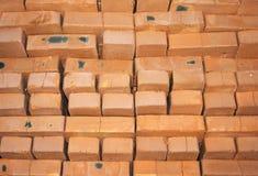 Fondo de muchos ladrillos rojos para la construcción Foto de archivo libre de regalías