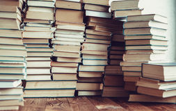 Fondo de muchos libros fotografía de archivo libre de regalías