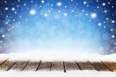 Fondo de Navidad de la Navidad con los tablones nevosos de madera Foto de archivo