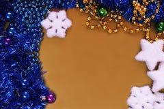 Fondo de oro con las bolas y la malla de la Navidad, goteadas Fotos de archivo