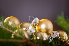 Fondo de oro de la decoración de la Navidad Fotos de archivo libres de regalías