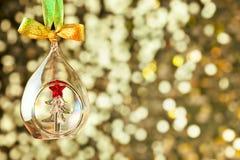 Fondo de oro de la Navidad con la chuchería de cristal y colorido mágicos Foto de archivo