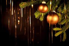 Fondo de oro de la Navidad con las bolas Imagen de archivo libre de regalías
