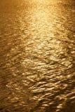 Fondo de oro del agua Imagenes de archivo