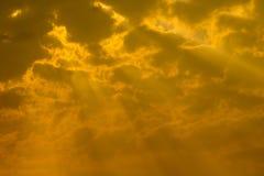 Fondo de oro del cielo, cielo de la puesta del sol con los rayos de la luz que brillan el dow Imagenes de archivo