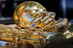 Fondo de oro del saxofón Fotos de archivo libres de regalías
