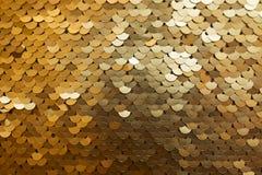 Fondo de oro e iridiscente de la textura de las lentejuelas Foto de archivo
