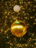 Fondo de oro de la celebración de la Navidad y del Año Nuevo Felicidad y alegría Imagen de archivo