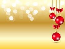Fondo de oro de la luz del bokeh de la pendiente Fondo de la Navidad con la bola roja colgante de la cinta tres y la decoración r stock de ilustración