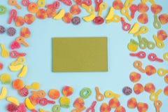 Fondo de papel azul con las jaleas azucaradas y la libreta en blanco Lugar para su texto fotos de archivo