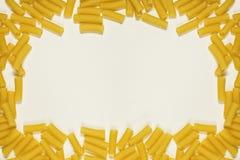 Fondo de papel texturizado con el marco de las pastas secas Fotos de archivo