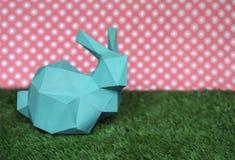 Fondo de Pascua con el conejo en la hierba Imagenes de archivo