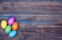 Fondo de Pascua con el manojo de huevos de Pascua Fotografía de archivo libre de regalías