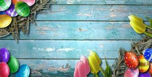 Fondo de Pascua con los huevos de Pascua en el tablero de madera Imagen de archivo libre de regalías