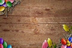Fondo de Pascua con los huevos de Pascua en el tablero de madera Imágenes de archivo libres de regalías