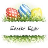 Fondo de Pascua con los huevos en hierba y con el copyspace Imágenes de archivo libres de regalías