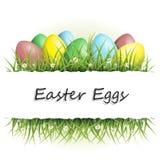 Fondo de Pascua con los huevos en hierba y con el copyspace Fotografía de archivo libre de regalías