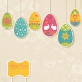 Fondo de Pascua con los huevos que cuelgan en las cuerdas Imágenes de archivo libres de regalías
