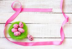 Fondo de Pascua con los huevos rosados Foto de archivo libre de regalías