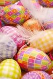 Fondo de Pascua con los huevos y las plumas coloridos Foto de archivo