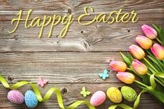 Fondo de Pascua con los huevos y los tulipanes coloridos de la primavera Foto de archivo libre de regalías