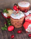 Fondo de Pascua con un bollo con una vela y los huevos Foto de archivo