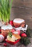 Fondo de Pascua con un bollo con una vela y los huevos Imagen de archivo libre de regalías