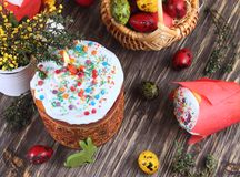 Fondo de Pascua con un bollo con una vela y los huevos Imágenes de archivo libres de regalías